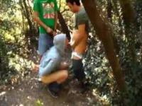 Kumpel zeichnen uns unseren gefesselten Freund ficken im Wald