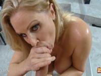 Blaue Augen Blonde MILF saugt Schwanz gekonnt in POV