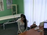 Doctor folla a su paciente en un escritorio en la oficina