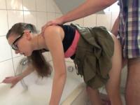 Creampied GF de colegiala en el baño
