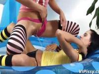Piss durchnäßte Höschen drippin auf ihre Freundin