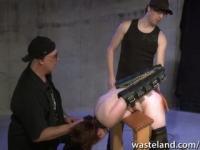 Zwei Spielleiter den Geschlecht-Sklaven-Arsch spanking