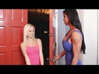 Elaina Raye wird mit ein paar Kinky