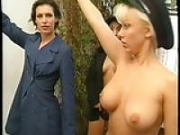 Karen White flaunts ihre Brüste