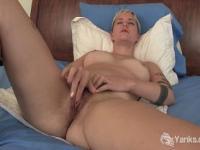 Heiße Blonde Claire masturbiert