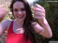Adolescente Tessa Lane jugando con la polla al aire libre