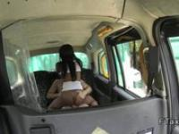Britische Ebenholz Hooker gefickt gefälschte Taxi