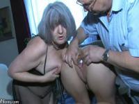 Sexy junge Mädchen spielen mit alte Mann und seine alte mollig Reife