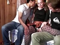 Junge Blondine in schwarzen Fishnets wird von zwei Jungs hart in ihre Fotze gefickt