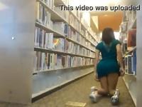 Sexy Lehrer blinkt ihren Arsch in einem der öffentlichen library(woocams.lsl.com)