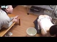 Japanische Mädchen und der alte Mann