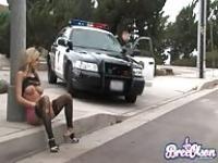 Polizist, der seine Macht zu missbrauchen