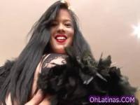 Busty sexy Latina in schwarz