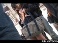 Chica de escuela jap obtiene muff peludo dedos upskirt en pub