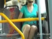 Zuzinka streift sich einen Bus