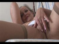 Busty attraktive Oma in offenen Hüfthalter und Strümpfe