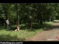 Babe saugen Schwanz gefesselt und spielte im Park mitten in der