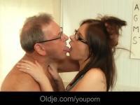 65 senior vieux baise jeune médecin dans le cabinet