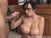 Große breasted Mutter streichelt einen schwarzen Schwanz