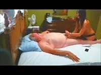 El abuelo recibe un masaje con un final feliz