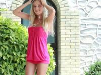 hot blond dancing to an ipod