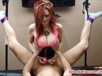 Blonde MILF Shanda Pegs Mann In den Arsch mit riesigen Vibrator!