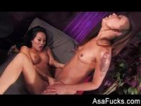 Porn superstars Asa and Skin fuck each other