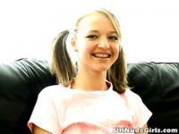 Britische Teen Cutie zeigt ihre festen Titties und neckt