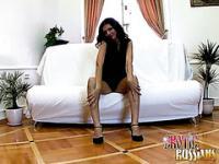 Bildschöne Brünette Russian sexy in der Couch suchen