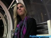 PublicAgent caliente babe altura separa sus piernas por dinero en efectivo en público