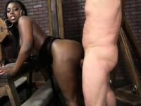 Bootylicious schwarze Babe genagelt von weißen Dude