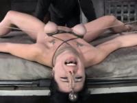 Brust Bondage Sub in der brutalen Bestrafung