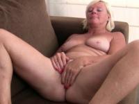 Pantyhosed Oma drückt ihr Vergnügen-Schaltflächen