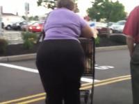 Oma mit einen großen Hintern im Store