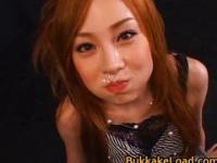 Ihre Freizeit verbringt die asiatische Puppe Ayumu