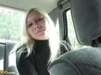 Bimdo rubia en camioneta sexo video