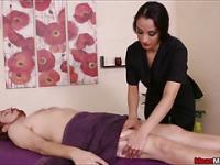 Massage-Client verpackt In Kunststoff mit seinen Kugeln dicht gebunden
