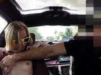 Blondie y sexy mujer intenta vender su coche vende su coño a Shawn