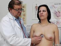 Le medic bâtons des choses intéressantes à l'intérieur du trou du cul baise-chaude de Lydes