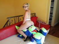 Chica encantadora que Miley obtiene follada doggystyle por una gran polla dura