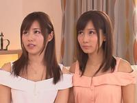 Deux adolescents japonais mignons se doigter et éjacule dans la joie