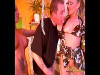 Glücklicher Sklave Sex von zwei Dominas gegeben