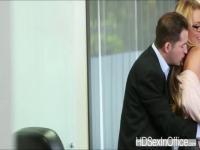 Seductora rubia que Corinna permite a su jefe que follan su coño apretado