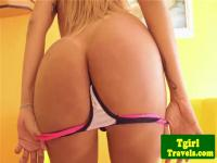 Tgirl Latina Leticia Freitaz juguetonamente stripping