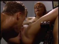 Brünette bekommt, die verbreiten ihre Beine auf den Stuhl und Pussy angesaugt und Fingerhandschuhe