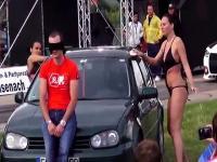 Sexy russische Modelle tag-Team-Waschanlagen & Kerl bei einer Auto-Show zu wecken