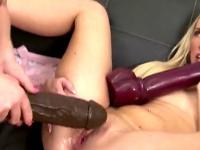 Blonde Tschechische Babes Fucking riesigen Spielzeug