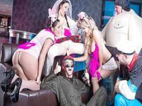 Drei wunderschöne Mädchen bekommt von einem riesigen Schwanz auf der Bacherlor Party rammte