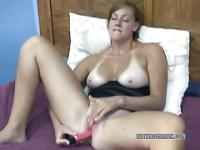 Busty Redhead Mariah verwendet eine Spielzeug selbst Sperma zu machen