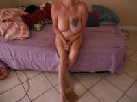 Reife Babe trägt eine versaute Strumpfhose